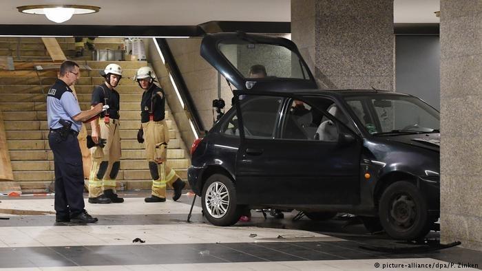 柏林一轿车因躲避警方追捕冲下地铁站楼梯