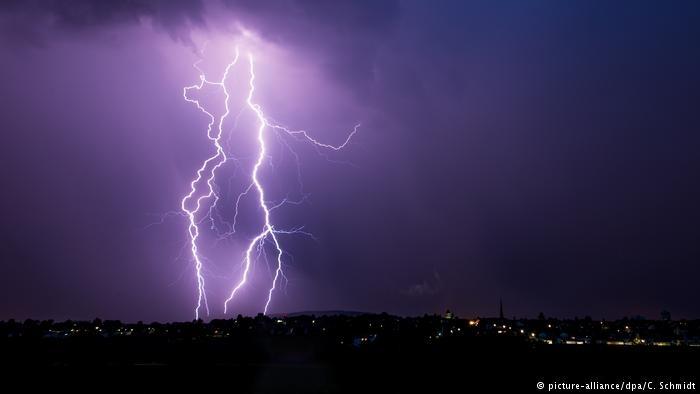 德国多地遭受恶劣天气,南部小镇雷劈倒树木,多人伤亡