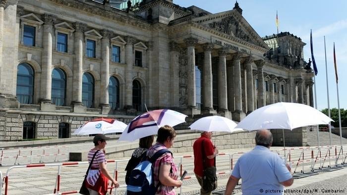 德国警方逮捕两名中国游客,因其在议会前做纳粹手势