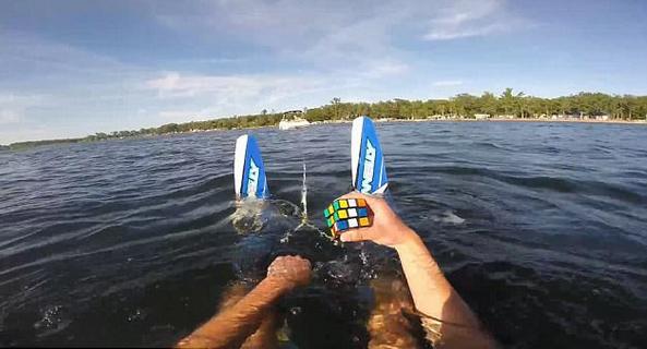 魔术师水面上单手玩魔方视频走红网络