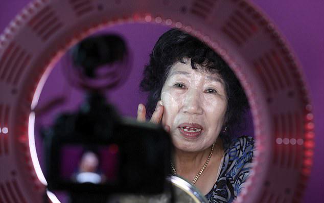 人老心不老!韩71岁老妇拍搞笑美妆视频成为网红