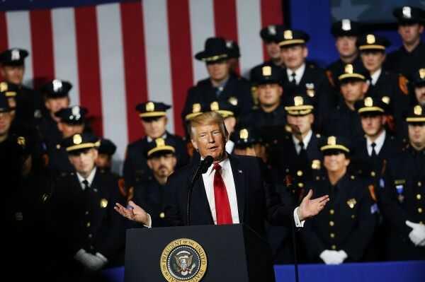 """白宫:特朗普让警察执法""""更粗暴""""是开玩笑"""