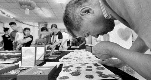 老战士30年收藏6000余枚军功章 每一枚都有故事