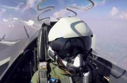 歼20战机飞行员头盔亮相阅兵:外形酷、内涵多