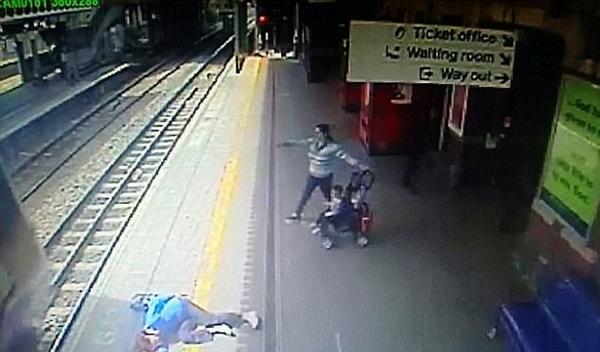 惊魂一刻!英乘客手被车门卡住司机仍开动火车
