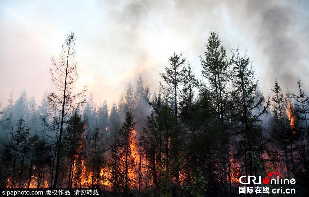 俄罗斯雅库特发生山火 浓烟遮天蔽日