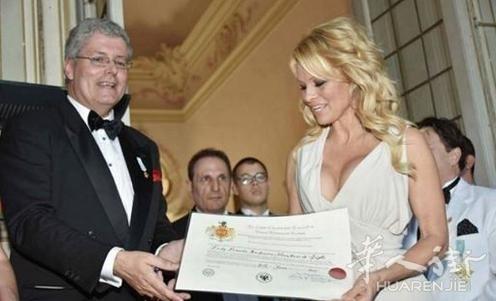 意大利男子假扮黑山王子:骗旅游骗住宿还骗合影