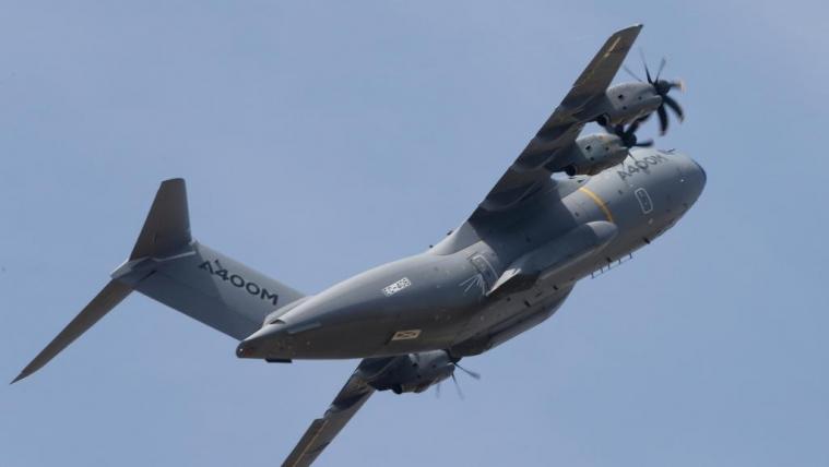 马克龙坐军用运输机参加巴黎航展