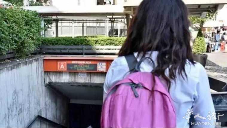 """罗马一男子跳下地铁站,轨道上""""散步""""!"""