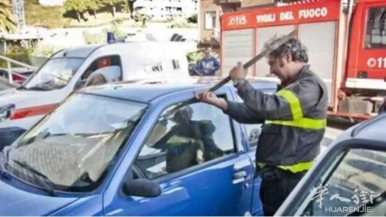 粗心妈妈将孩子和钥匙一起反锁车内!
