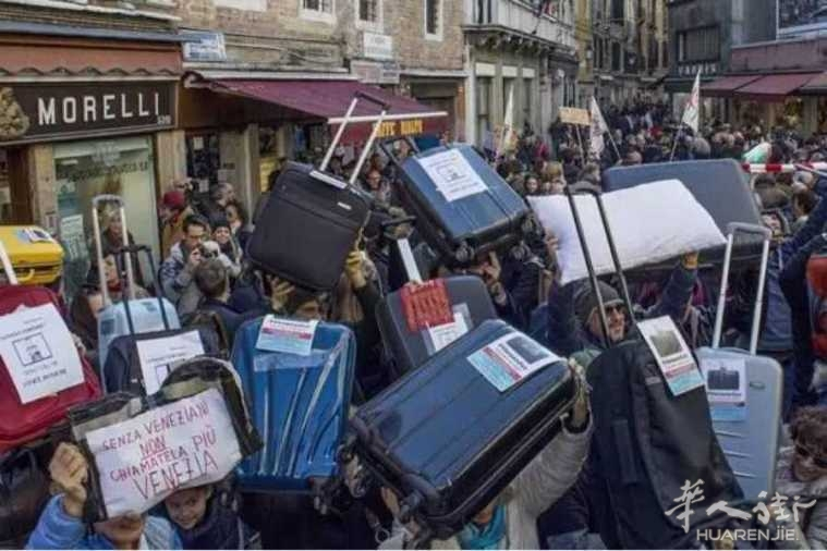 佛罗伦萨用水管驱赶用餐游客?是规定粗鲁还是无奈之举?