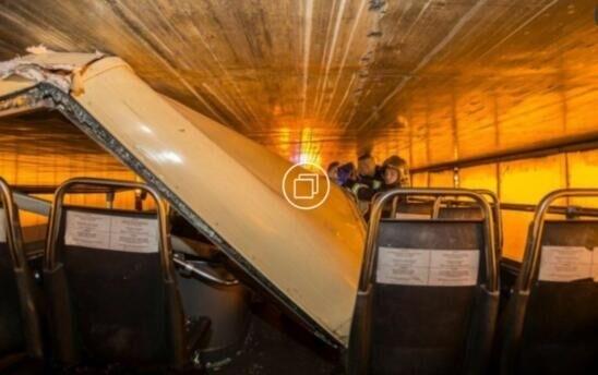 巴黎罕见交通事故:双层旅游大巴撞入隧道