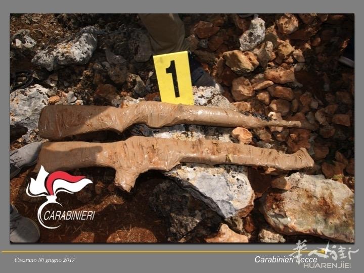 莱切省乡下查获一批枪械 其中一把是中国产AK47