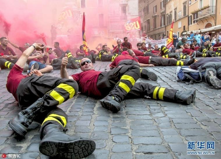 意大利消防员示威抗议 横躺街头要求保障权益