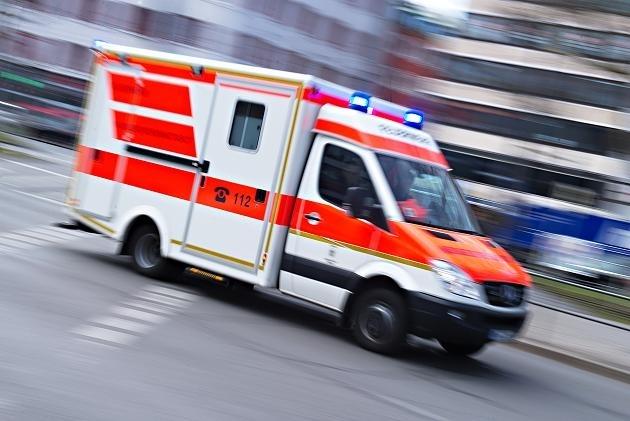 老汉醉酒瘫倒在地,急救员上前帮助却挨揍