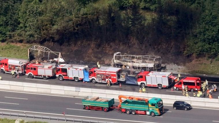 拜仁高速公路上大巴撞上卡车,18人死亡
