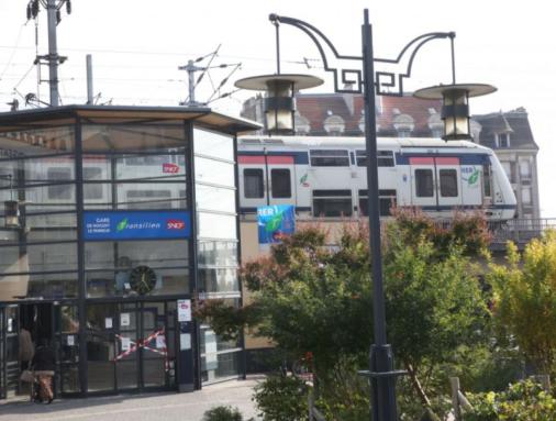 法国男子在铁轨上撒尿,被火车撞死