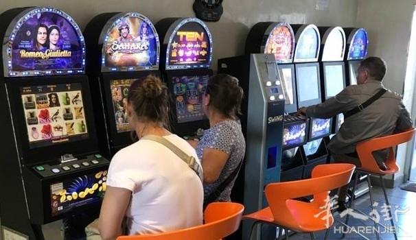 两名华人酒吧老板涉嫌伙同他人偷窃老虎机里的钱 被控
