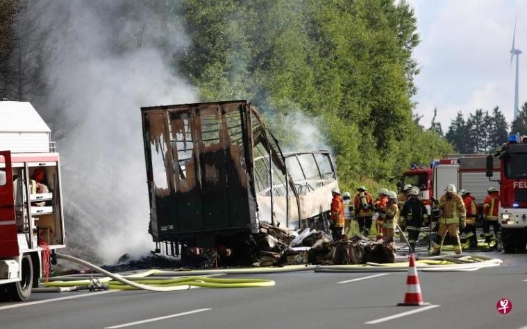 德国旅巴撞货车燃烧 18人遇难30人伤