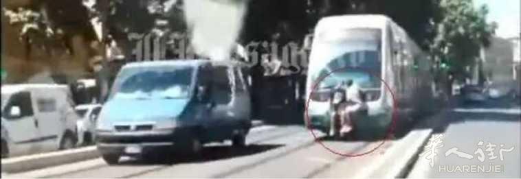 """罗马2年轻人挂在电车外""""搭顺风车""""!"""