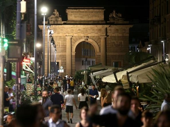 外国人在米兰科莫街挨揍 当地人抗议偷盗现象