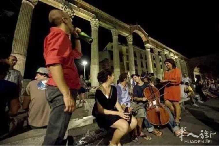 罗马警方严查夜生活 两女子街头喝酒遭罚