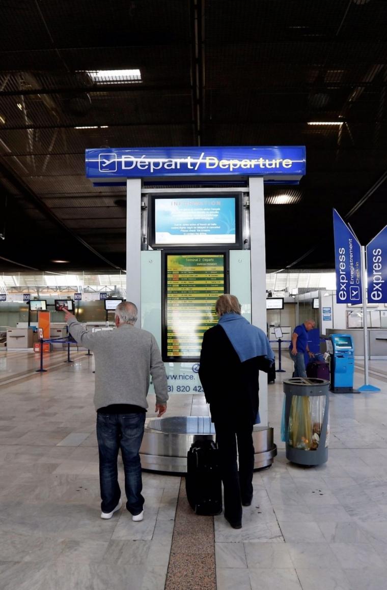 乘客尼斯机场抱怨航班延误,遭工作人员打脸