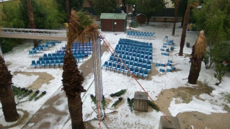 意大利海滩遭冰雹袭击 盛夏现罕见雪景