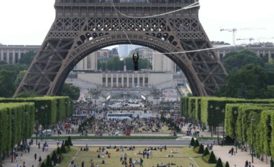 巴黎:移民藏大巴车发动机舱,欲赴英被抓
