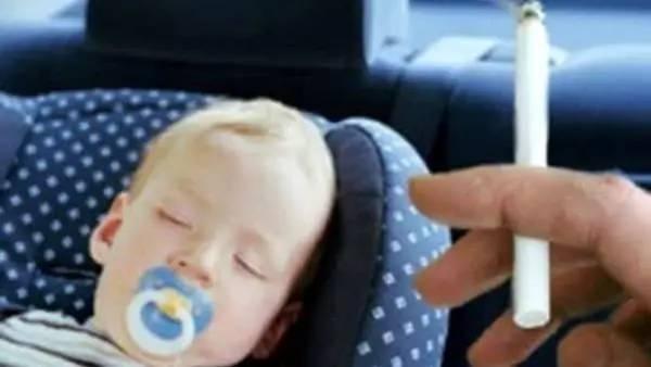 开车当着孩子的面吸烟,被罚110欧元。开车可以吸烟吗?
