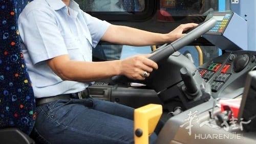 西西里岛一公交车司机将一个4100欧元的公文包交还失主