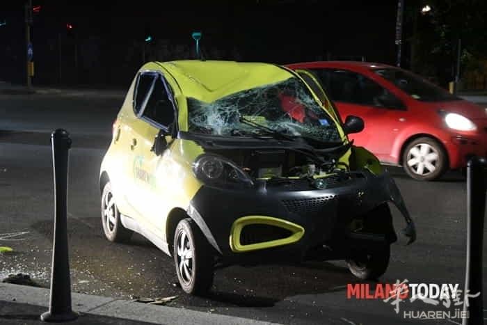 (视频)意大利米兰一女子驾车遇到抢劫引发翻车事故