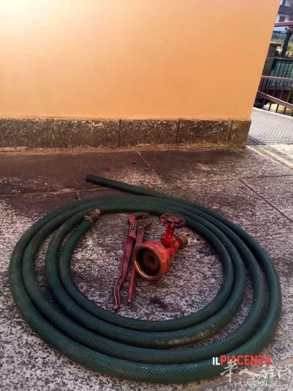 (组图)皮亚维琴察男子用公共消防水龙头装水被捕