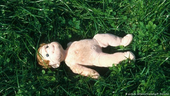 德国当局破获恋童癖集团案,母亲网上售卖幼子,多人性侵