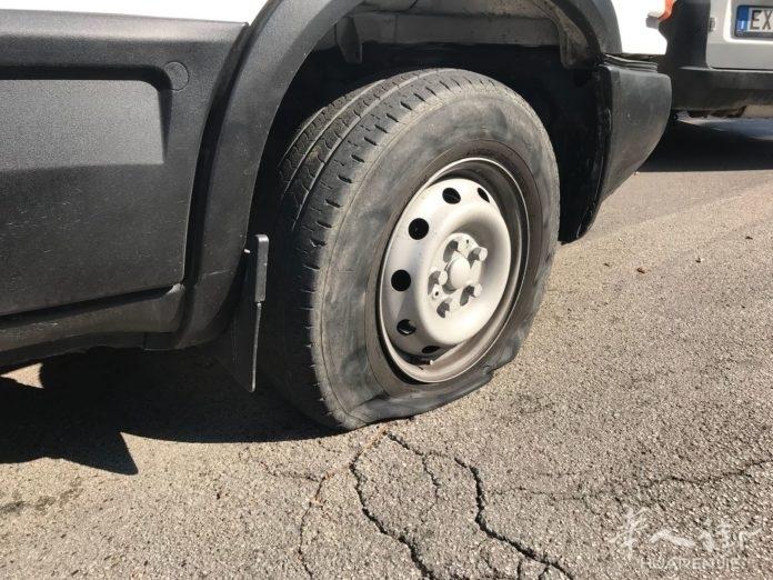 恶意竞争恐吓?华人商场开业当天发现车胎被扎破