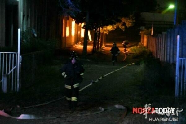 Monza incendio capannone mascherine 3 (Foto Bennati).jpg