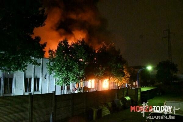Monza incendio capannone mascherine 4 (Foto Bennati).jpg
