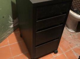 出售:双人床、椅子、冰箱、梯子、床头柜、灯、桌子、行李箱