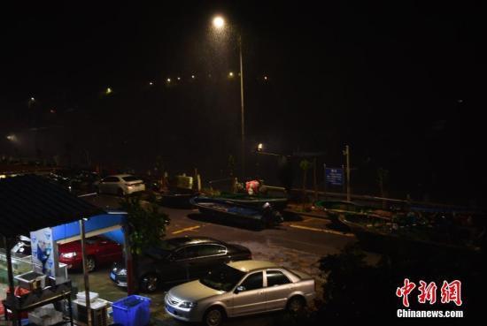 """台风""""苗柏""""吹袭香港 市民提早下班蜂拥归家"""