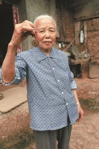 85岁低保老人藏匿劳模奖章55年 不愿开口要津贴