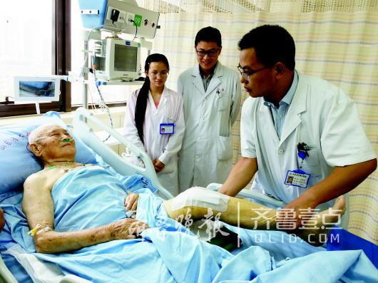 百岁老人爬山摔骨折 一次手术惊动医院6个科室