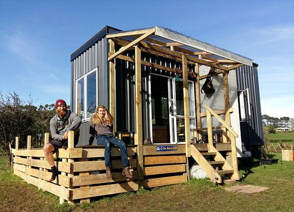 变废为宝!新西兰夫妇将旧拖船改造成可移动温馨小屋