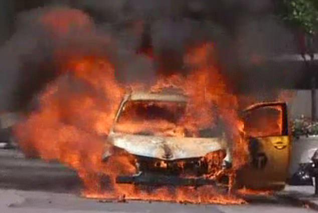 纽约遇高温天气 街头出租车暴晒下突燃大火