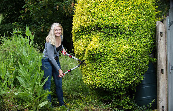 英女子展园艺才能 将树篱做成人脸造型