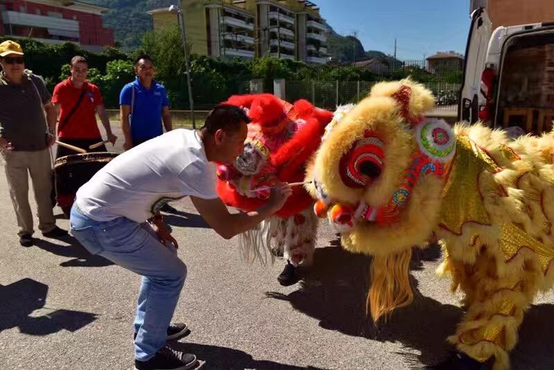 华人的风采——Bolzano华人华侨总商会参加当地民族节活动