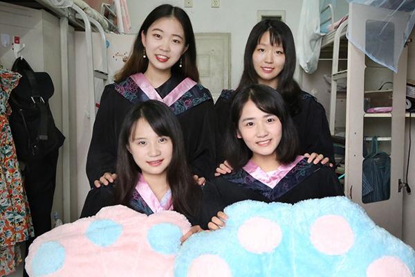 西南交大学霸寝室:两寝室八位女生全进名校读研