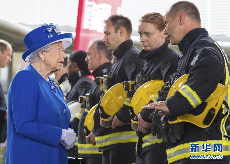 英国女王看望居民楼火灾事故受灾居民