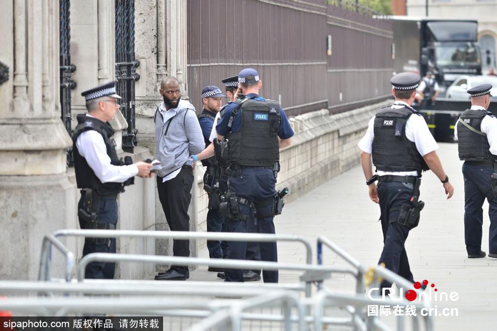 英国警方在国会大厦外逮捕一名可疑男子