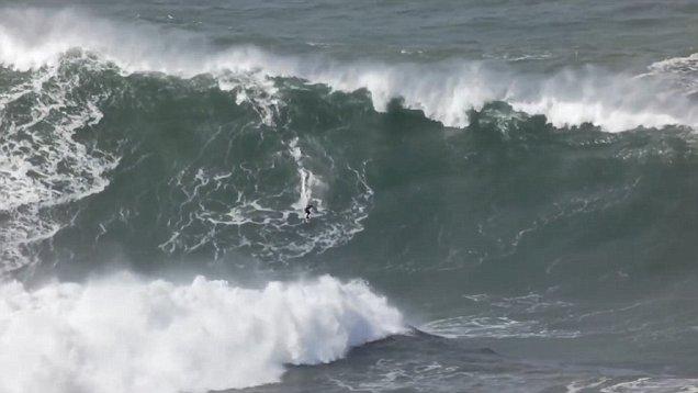 巴西勇猛冲浪者在葡萄牙征服30米高巨浪