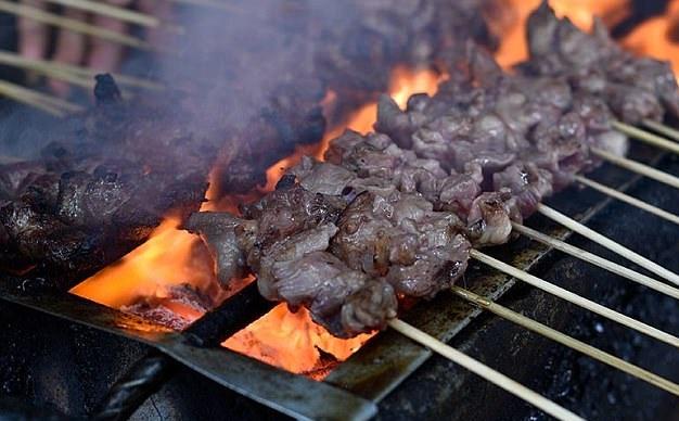偷梁换柱!印尼商贩将狗肉当沙爹鸡肉卖